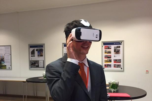 Das Ausprobieren einer VR-Brille macht großen Spaß, im Sitzen ist es jedoch sicherer ;-)