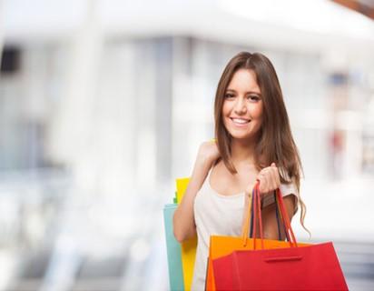 Inspirierte Kundin beim Shoppen