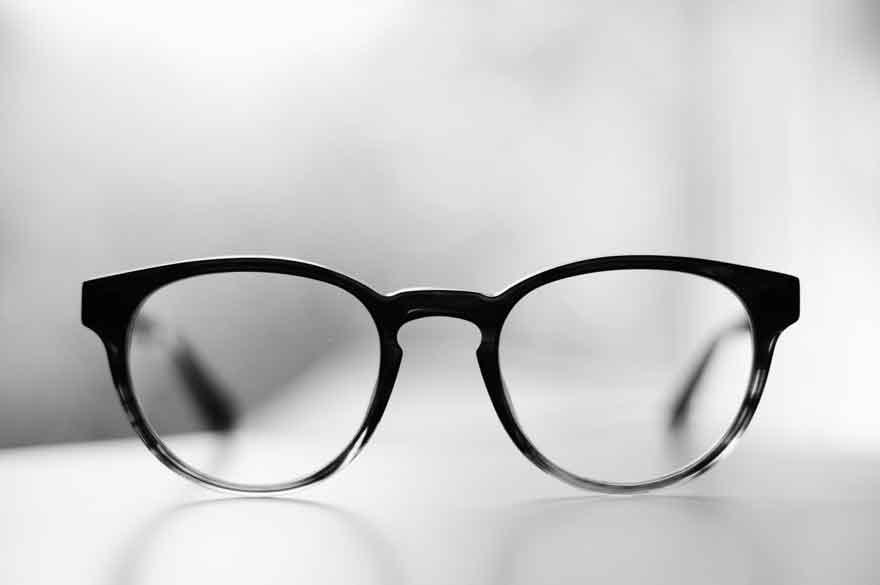 Brille auf einem Tisch.