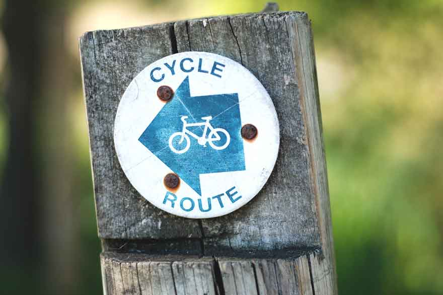 Schild das den Feg zu einer Fahrradroute aufzeigt.