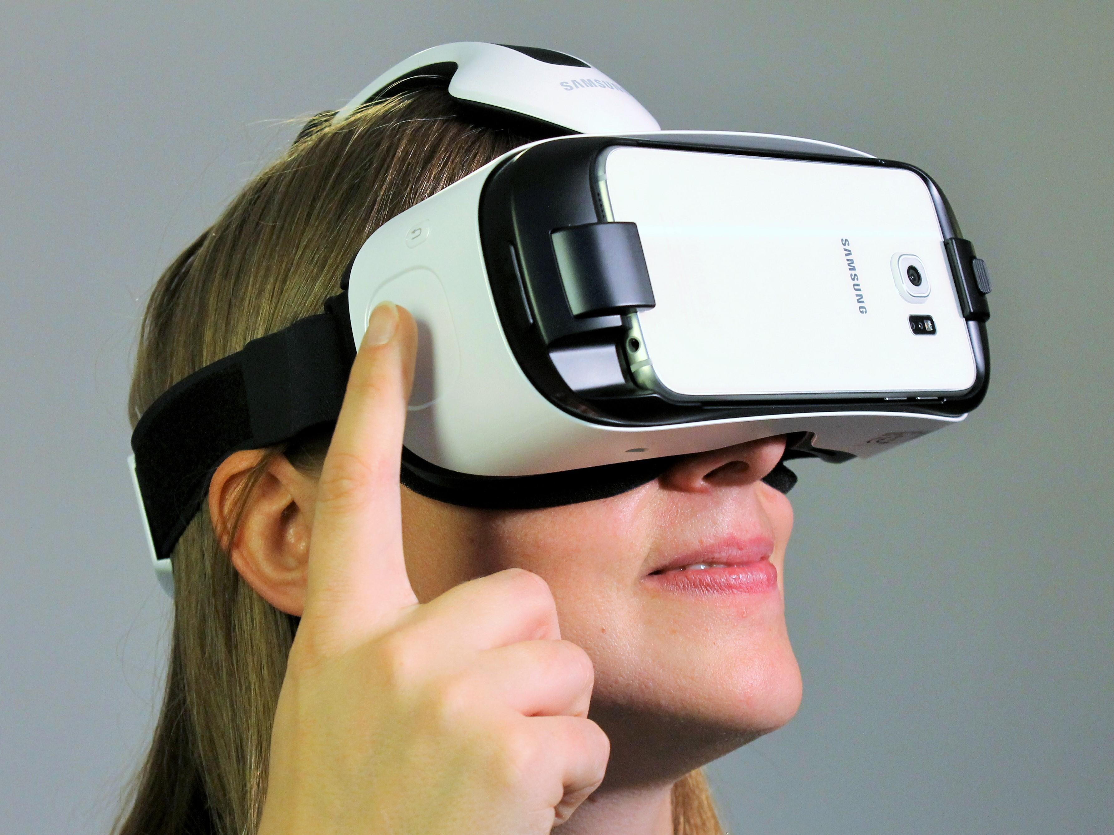 Dame trägt VR Brille.