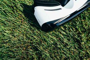 VR Brille liegt auf Gras