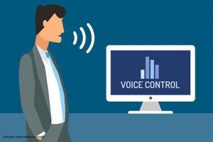 """Comic-Zeichnung in der ein Mann zu einem Computer Spricht. Auf dem Bildschirm ist """"Voice Control"""" zu lesen."""
