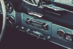 Foto des Inneren eines alten Autos.