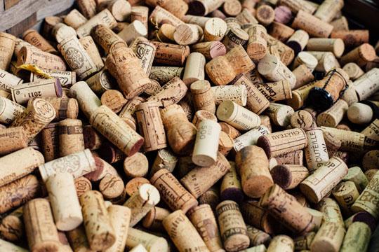 eine Kiste voller Weinkorken.