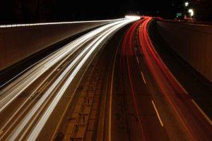 Autobahn mit Autos bei Nacht.