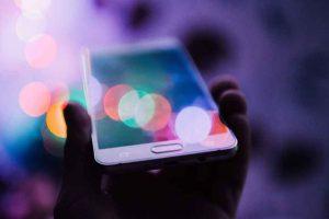 Ein Smartphone in einer Hand.
