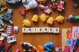 """Das Wort """"Friends"""" mit Scrabbelsteinen geschrieben."""