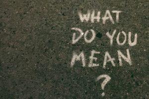 """Auf einer Straße ist mit Kreide """"What do you mean"""" geschrieben."""