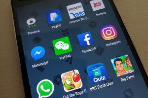 Smartphone Display mit Apps, darunter auch die App WeChat.