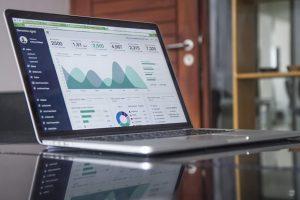 Aufgeklappter Laptop, der Daten und Diagramme zeigt.