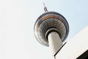 Fernsehturm von unten fotografiert.