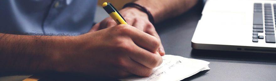 Mann macht Notizen