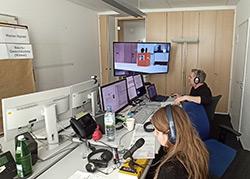 """Wizard-of-Oz-Kontrollzentrum"""" mit Sprecherin und Steuerer des visuellen Contents"""