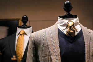 ZWei Kleiderpuppen tragen Anzüge mit Krawatte.