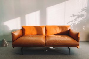 Braune Couch in einem hellem Raum