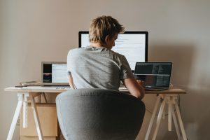 Programmierer arbeitet an seinem Laptop