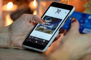 Onlineshop auf dem Display eines Smartphones.