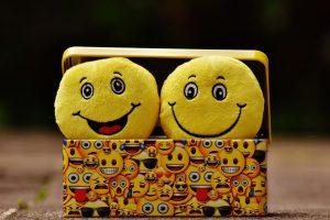 Smiley Kucheltiere gucken aus einer Smiley-Metallbox