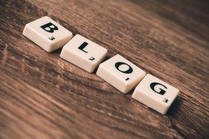 Das Wort Blog mit Scribble Steinen gelegt.
