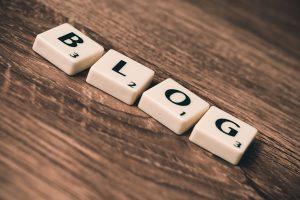 Scrabbelsteine, die das Wort Blog bilden.