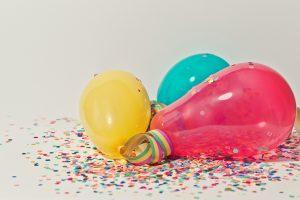 Luftballons und Konfetti.