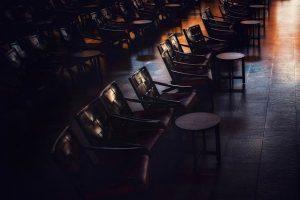 Leerer Saal mit Stühlen und Tischen, Quelle: Tim Mossholder, Bilddatenbank: Unsplash